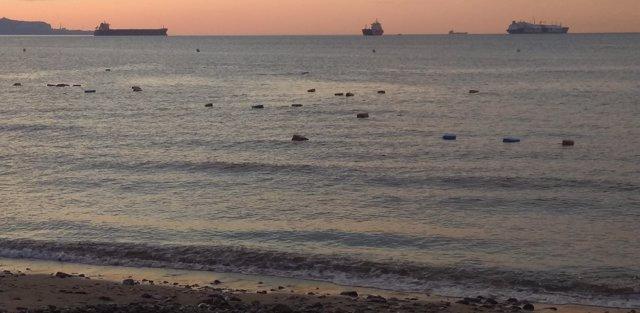 Fardos de hachís flotando en el mar en Algeciras