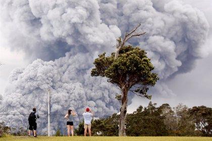 El flujo de lava volcánica provoca más evacuaciones en la isla de Hawái