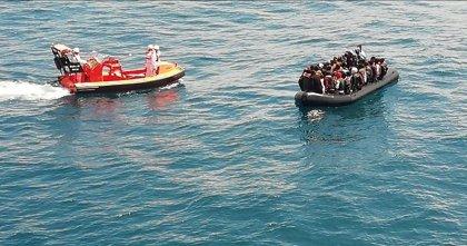 Rescatadas casi un centenar de personas en aguas del Estrecho en siete pateras