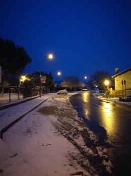 Pueblo nevado de noche.