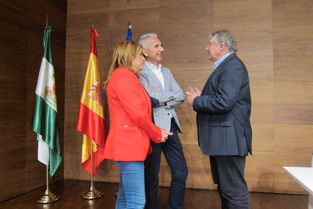 Miguel Ángel Vázquez (c) conversa con Pilar Salazar y Marcelino Sánchez.