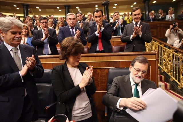 Rajoy y Santamaría durante la moción de censura contra Rajoy