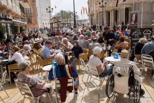 Turistas en terrazas