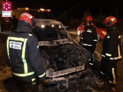 Desalojadas 25 personas de un edificio de Almenara (Castellón) por el humo del incendio de seis coches