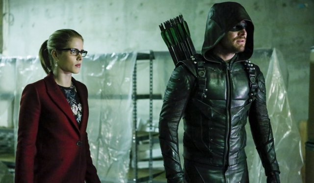 Stephen Amell y Emily Bett Rickards en Arrow