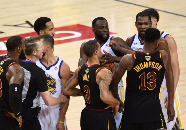 Cleveland Cavaliers y Golden State Warriors abren las Finales con tangana