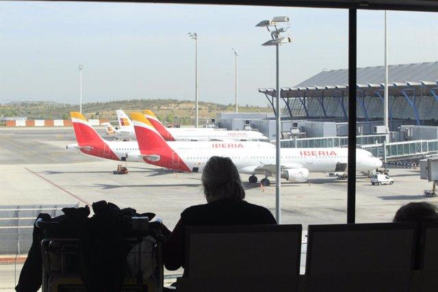 Una viajera espera su avión en un aeropuerto