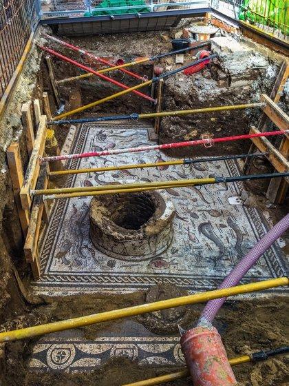 Avanza la extracción del mosaico romano descubierto en Cantillana con la retirada del pozo y los frisos