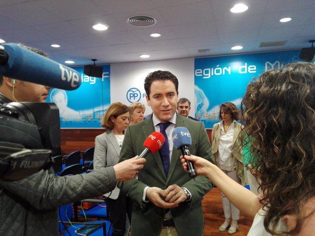 Teodoro García atiende a los medios en la sede del PP