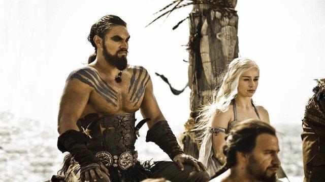 Jason Momoa y Emilia Clarke en Juego de Tronos