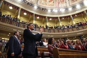 Aplausos a Pedro Sánchez tras ser elegido nuevo presidente del Gobierno