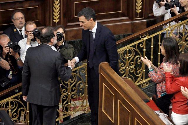 Rajoy y Pedro Sánchez se saludan tras la elección del socialista como presidente