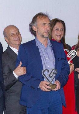 El director de Publicidad de ASISA, Carlos Eiroa, recoge el premio en Málaga
