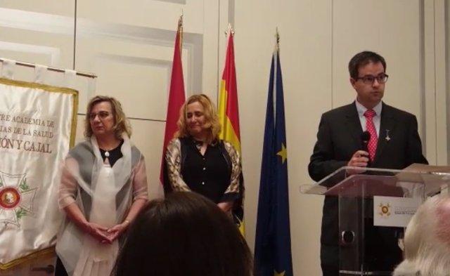 Ángel Huélamo, director de FSF, recoge la medalla de oro al mérito humanitario
