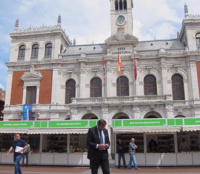 Óscar Puente consulta el móvil en la Plaza Mayor de Valladolid. 1-6-2018