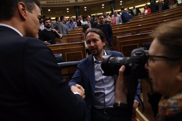 Pedro Sánchez saluda a Pablo Iglesias tras ser elegido presidente del Gobierno