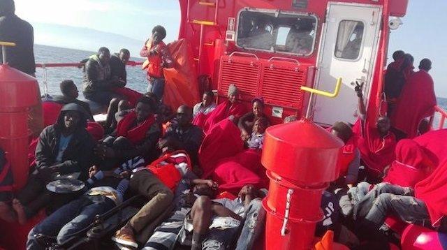 Los rescatados a bordo de la Salvamar Spica rumbo a Almería