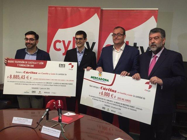 Los Responsables De Rtvcyl Y Mercadona Con Los Cheques 1-6-2018