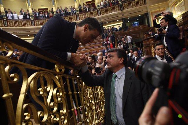 Pedro Sánchez saluda a Aitor Esteban tras ser elegido presidente del Gobierno