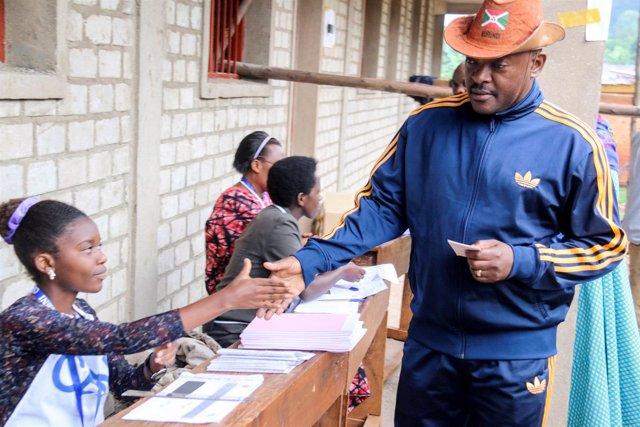 Pierre Nkurunziza vota en el referéndum constitucional