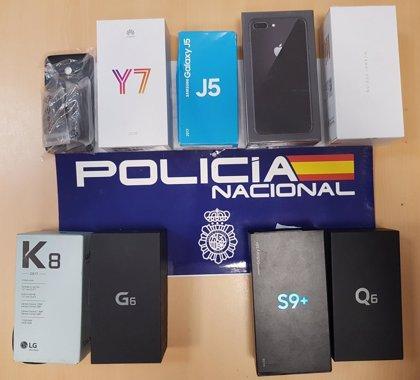 Detenidos por forzar la persiana de una tienda de telefonía de València y robar siete móviles