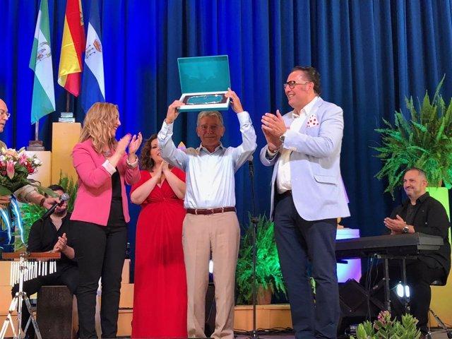 ? Eulogio Montero Recogió Muy Emocionado Su Placa De Manos De La Alcaldesa.