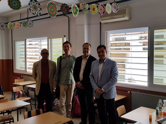 López (dcha.) visita el CEIP Juan Rufo
