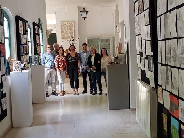 López (centro), durante su visita a la escuela Dionisio Ortiz