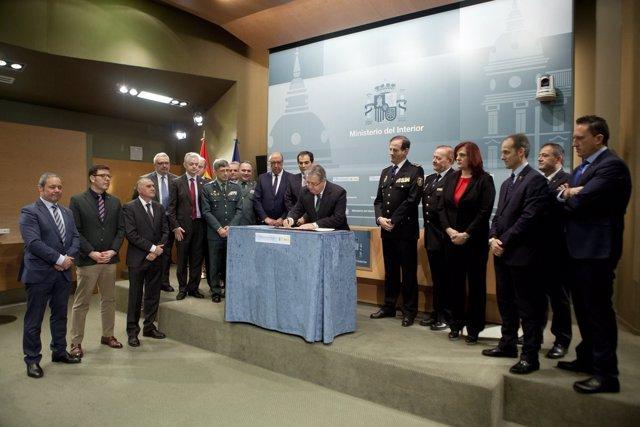 Zoido firma el acuerdo sobre equiparación con policías y guardias civiles