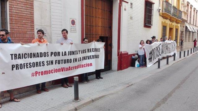 Profesores en huelga de la US se concentran ante la sede del PSOE-A