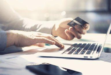 Gairebé el 22% dels espanyols van comprar roba per Internet, amb una despesa mitjana anual de 128 euros (ISTOCK - Archivo)