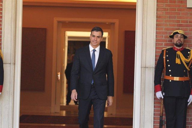 Pedro Sánchez se estrena como presidente recibiendo a su homólogo ucraniano
