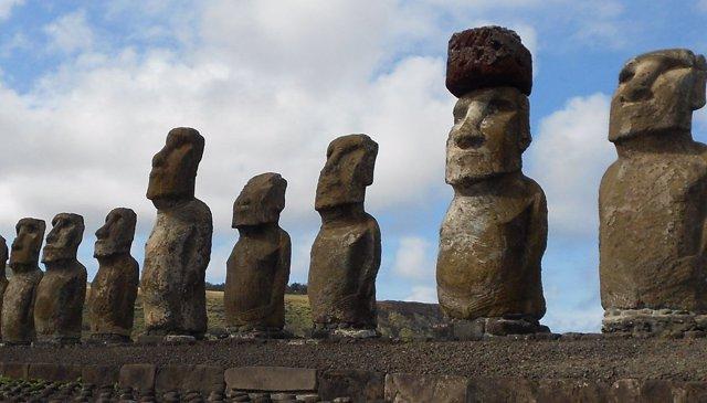Moais de la Isla de Pascua. Uno de ellos está coronado por un sombrero