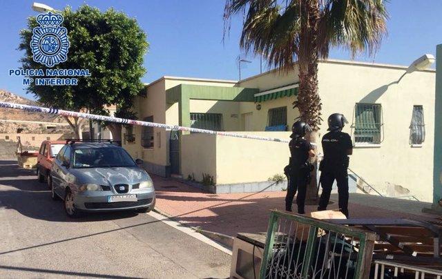 Dos policías durante el registro de la vivienda