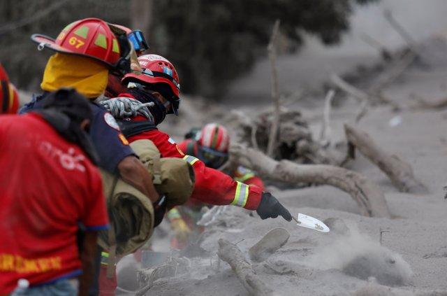 Un bombero en las labores de rescate en Volcán de Fuego