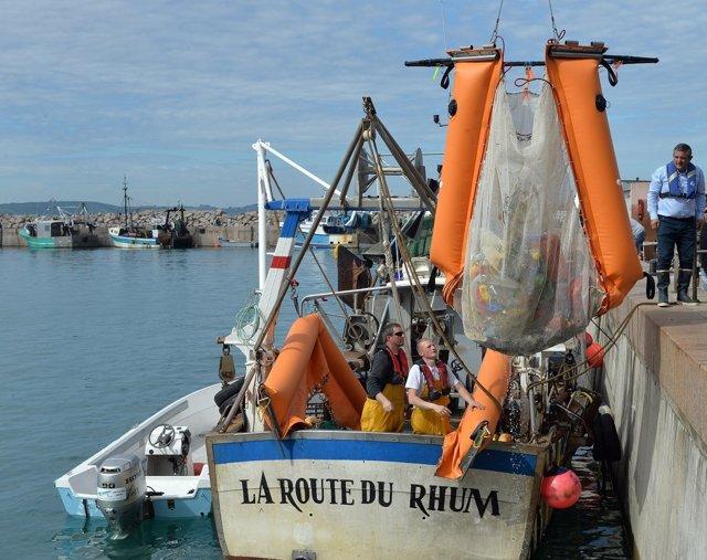 Pesquero recolectando plásticos