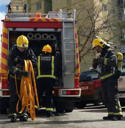Tres afectados por inhalación de humo en el incendio de una casa en Arroyo de la Miel (Málaga)