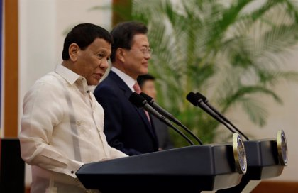 """Duterte dice que dimitirá si """"todas las mujeres"""" se lo piden tras su polémico beso a una mujer"""