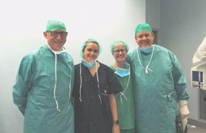 Quirónsalud realiza una intervención pionera de implante auditivo osteointegrado