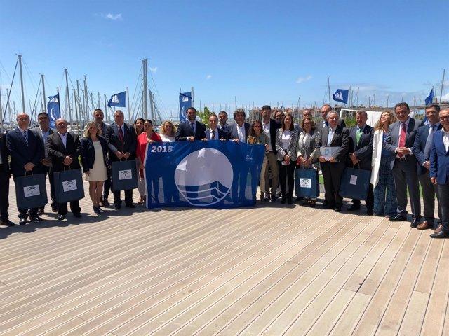 El consejero de Turismo de la Junta con las banderas azules a playas andaluzas