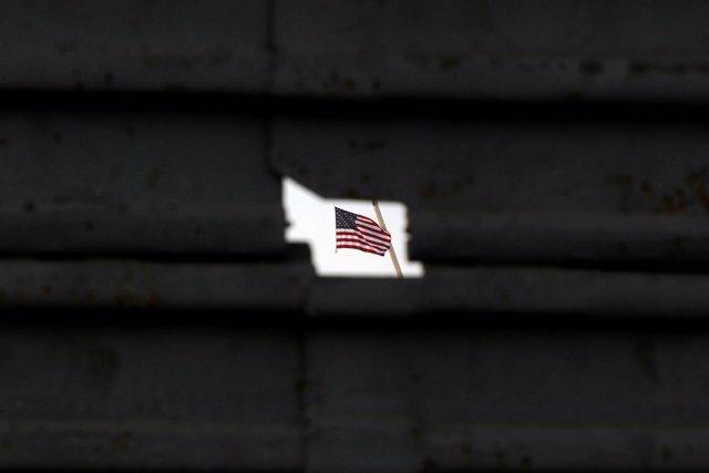 Bandera de Estados Unidos vista a través de la frontera con México