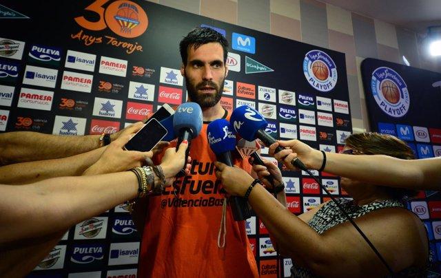 El Jugador De Valencia Basket Fernando San Emeterio Atiende A Los Medios
