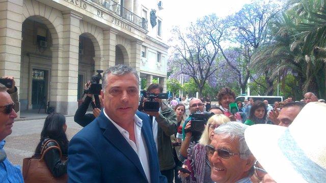 Antonio Pérez arropado por sus vecinos tras prestar declaración