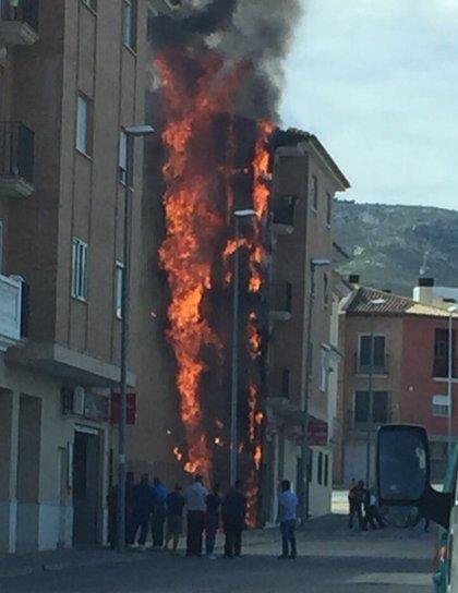 Sofocan un incendio en la fachada entre un edificio y un solar de Albaida