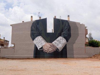La argentina Hyuro plasma su crítica a la justicia patriarcal en un gran mural en Vila-real