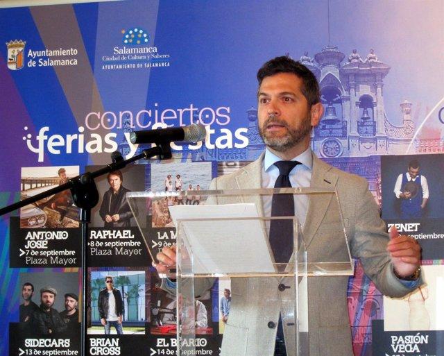 Julio López presenta el concierto de Bárbara Hendr
