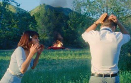 Selena Gomez roba un coche y después le prende fuego su nuevo videoclip: Back to you