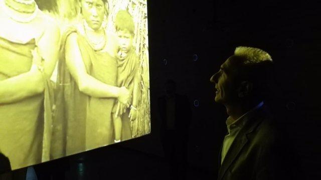Vázquez observa la videoinstalación de Fiona Tan en el C3A