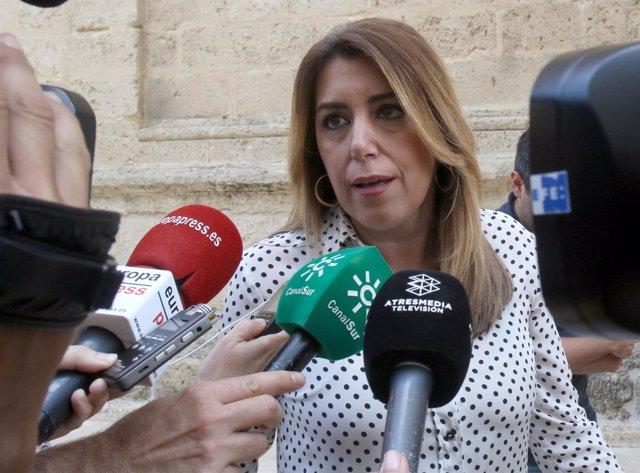 Susana Díaz atiende a los medios en el Parlamento