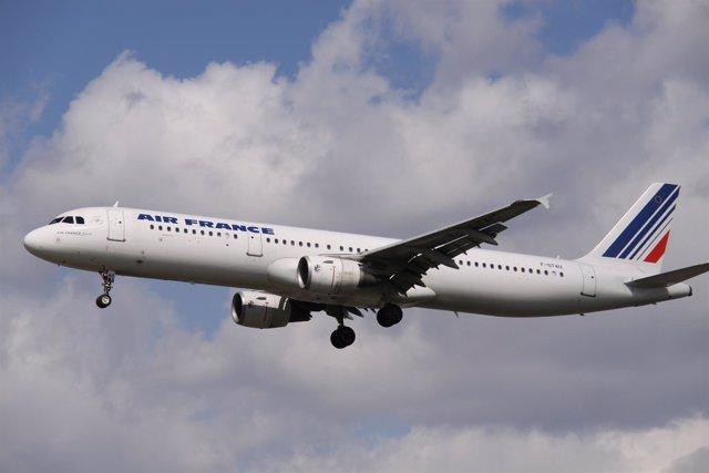 Avión de Air France en el aire.